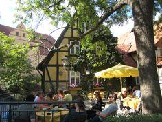 stille verschlungene Gassen,  liebevoll restaurierte bunte Fachwerkhäuser, stille Innenhöfe, Quedlinburg