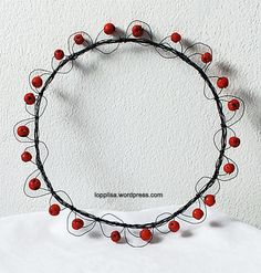 with wild berries and some wire, beautiful effect! Acorn Wreath, Wire Wreath, Wire Crafts, Metal Crafts, Berry Wreath, Welcome Wreath, Stage Decorations, Wire Art, Summer Wreath