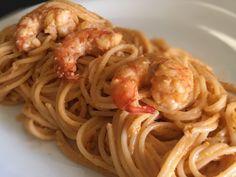 Διαβάστε μια γρήγορη, νόστιμη και εύκολη συνταγή με μακαρόνια και γαρίδες. Δείτε τον τρόπο για να πετύχετε εύκολα μια νόστιμη παραλλαγή της κλασσικής γαριδομακαρονάδας ... Καλή σας όρεξη! Μικρά μυστικά: Πριν ανακατέψετε τα μακαρόνια σας με τη σάλτσα και τις γαρίδες προσθέσ