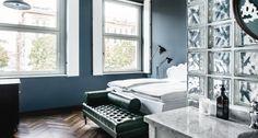 Großzügiges Business Zimmer mit Kingsize-Bett in Weiß und gemütlicher Chaiselongue.