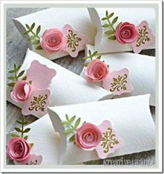 Pillow box with roses. Very cute love the simple white concpet! Pillow box with roses. Very cute love the simple white concpet! The post Pillow box with roses. Very cute love the simple white concpet! appeared first on Cadeau ideeën. Wedding Cards, Diy Wedding, Floral Wedding, Origami Wedding, Wedding Ideas, Wedding Flowers, Wedding Gifts, Origami Box, Wedding Favours