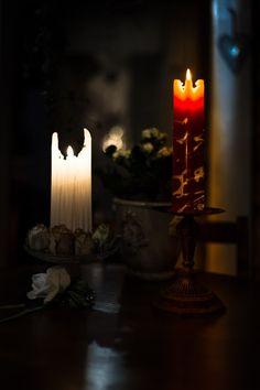 Käsintehty enkelinsiipikynttilä 6.00 € Kaunis käsintehty enkelinsiipikynttilä Palaessaan kynttilä tekee kuin enkelinsiivet Paloaika n. 40-45h Koko: korkeus n 21-22cm, leveys n: 6,5cm Materiaali: 100% parafiini http://www.salonsydan.fi/tuote/kasintehty-enkelinsiipikynttila/