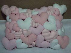 Almofadas produzidas com tecido 100% algodão   Os corações, flores e estrelas, são costurados a mão, com ótimo acabamento. Home Crafts, Diy And Crafts, Arts And Crafts, Sewing Crafts, Sewing Projects, Projects To Try, Crochet Cushions, Baby Keepsake, Quilted Pillow