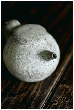 Japanese tea pot, reminds me of a blowfish Pottery Teapots, Ceramic Teapots, Ceramic Pottery, Pottery Art, Ceramic Art, Wabi Sabi, Ceramic Tableware, Porcelain Ceramics, Porcelain Dinnerware