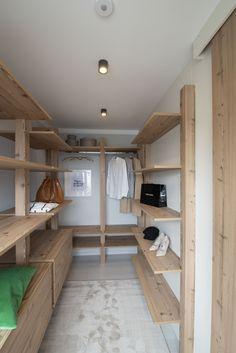 Begehbarer Kleiderschrank in unserem Musterhaus Trend 146 W in der Blauen Lagune Trends, Bunk Beds, Entryway, Loft, Furniture, Home Decor, Blue Lagoon, Walk In Closet, Entrance