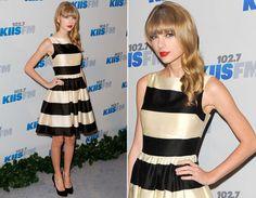 O vestido com cintura marcada e saia rodada é a cara da Taylor! As listras não fogem do look retrô, mas como são mais largas dão um ar mais moderno ao look.