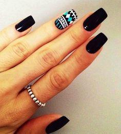 Uñas largas en negro decoradas con algún diseño étnico en blanco y azul turquesa…