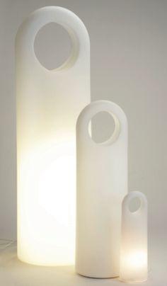 """Origo è una lampada disponibile in due versioni: una """"a stelo"""", di grandi dimensioni, l'altra piccola e divertente, perfetta per un comodino. Firmata da Eero Aarnio, è prodotta da Innolux."""