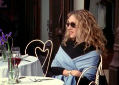 sarah jessica parker in sex and the city Carrie Bradshaw Outfits, Estilo Carrie Bradshaw, Carrie Bradshaw Hair, Sarah Jessica Parker, First Girl, City Style, Carry On, Curly Hair Styles, Curly Lob