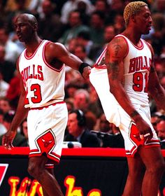 Michael Jordan and Dennis Rodman. Oh, how I miss this era of the NBA and the Chicago Bulls. Me too nothing like the worm😂😂😂😎 Michael Jordan Basketball, Love And Basketball, Sports Basketball, Basketball Players, Basketball Memes, Ron Harper, Basket Nba, Sport Nutrition, Dennis Rodman
