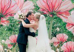 """紙で作る、とっても大きなお花 """"ジャイアントペーパーフラワー""""って知ってますか?大きな画用紙や、フワフワの薄用紙を使って簡単にDIYできるジャイアントペーパーフラワーを使った、おとぎの世界風結婚式の物語をご紹介します♡"""
