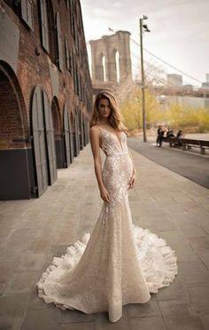 Brautkleider-Trends 2018: DAS sind die 100 schönsten Kleider! : Fotoalbum - gofeminin Western Wedding Dresses, Bridal Wedding Dresses, Dream Wedding Dresses, Bridesmaid Dresses, Nigerian Wedding Dress, Bridal Bouquets, Bridal Shoes, Bridal Jewelry, Wedding Dress Necklines