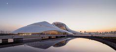 Conheça a Opera House de Harbin, um complexo cultural com teatros em uma forma plastica que se funde ao entorno. Ao norte da cidade chinesa de Harbin...
