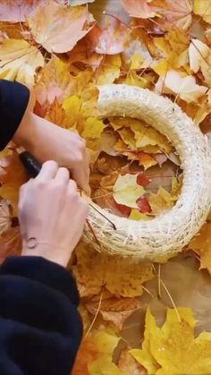 Bei dem Anblick eines schön dekorierten Außenbereichs kommt man noch lieber nach Hause. Egal wer vor Ihrer Tür auf dich wartet, wenn diese hübsch dekoriert ist, lädt sie doch gleich viel mehr zum Eintreten ein, oder? Wir zeigen im Anschluss ein paar Ideen für Herbstdeko für draußen, an der Tür, für deineTerrasse, den Balkon oder den Garten./Westwing Herbstdeko Türkranz Tür Deko Ideen Herbst DIY ideen Baby Boots, Baby Shower, Shower Ideas, Holiday, Macrame, Core, Thanksgiving, Little Cottages, Plants