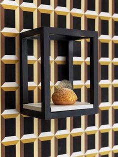 Дизайнер Джэйсон МакЛин использовал графические обои от Eley Kishimoto, чтобы создать необычную трехмерной иллюзию в интерьере новой кондитерской на Юго-Востоке Лондона.  #objektrussia #design #interior #wallpaper #дизайн #интерьер #обои