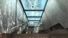 """La Villa de rêve """"Casa Brutale"""" et sa vue vertigineuse sur la mer Egée : à fleur de falaise, toit-piscine transparente, baies vitrées, béton ciré... une architecture insolite et moderne. Par l'agence Open Platform."""