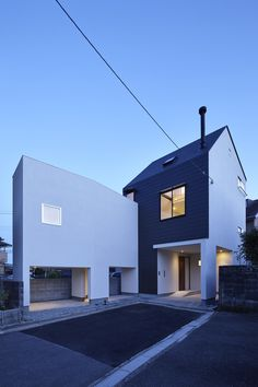 L字型をした狭い変形敷地に、明るく開放感が得られる家が建てられました。