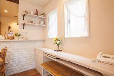 仕事スペースを兼ねた、ダイニングの書斎カウンター。書類の整理、ノートパソコンやプリンターの収納スペースまで機能も充実しています。|キッチン|インテリア|カウンター|タイル|ダイニング|おしゃれ|壁面収納|作業台|ウッド|リビング|かわいい|