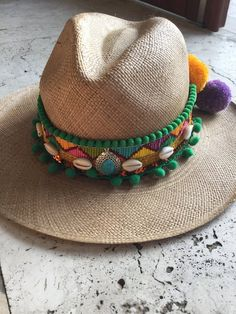 Removable and adaptable to any type of hat. Bohemian chic style, this colorful model guar Hat Decoration, Boho Hat, Types Of Hats, Bohemian Chic Fashion, Diy Hat, Outfits With Hats, Summer Hats, Billie Eilish, Top Pattern