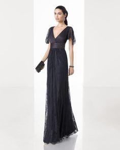 Vestido comprido cingido de renda e brilhantes com decote e costas em bico e manga descaída, em azul-acinzentado, cor de aço e azul-marinho.
