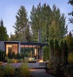Image 5 of 18 from gallery of Stirrup House / Olson Kundig. Photograph by Aaron Leitz Style At Home, Residential Architecture, Architecture Design, English Architecture, Small Modern Home, Small Modern House Exterior, Design Exterior, Exterior Paint, Good House
