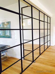 Stalen scheidingswand met enkel deurstel   www.simply-steel.nl