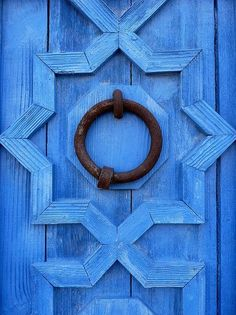 ♥ Front door detail More Blissful blue doors. So cheerful, beautiful and bright. My front door went from yellow, to. Old Doors, Windows And Doors, Image Bleu, Knobs And Knockers, Unique Doors, Blue Aesthetic, Something Blue, Color Azul, Chinoiserie