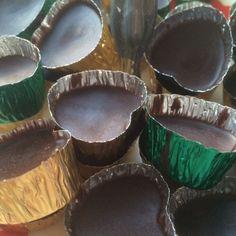 Det är superenkelt att göra god, hälsosamt ischoklad. Använd kallpressad kokosolja istället för det härdade kokosfettet som man normalt använder (som inte alls är nyttigt). Blanda kokosoljan med ka… Dairy Free, Gluten Free, Nilla, Low Fodmap, Raw Food Recipes, Vegan Food, Pie Dish, Sweet Treats, Recipies