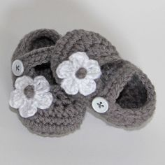 Crochet Baby Shoes in Gray with White Flower 36 by yippeeskippy, Cute Baby Shoes, Cute Baby Girl, Crochet Baby Clothes, Crochet Baby Shoes, Crochet Bebe, Knit Crochet, Baby Feet, Baby Time, Cool Baby Stuff