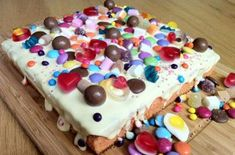 This sweetie tray bake not only looks like a sweetie heaven - it tastes like it too! Beneath the white chocolate coating there's a super sweet orange sponge - delicious! Get the recipe: Sweetie tray bake Sweetie Birthday Cake, Sweetie Cake, Birthday Cakes, 3rd Birthday, Tray Bake Recipes, Baking Recipes, Cake Recipes, Baking Ideas, Chocolate Slice