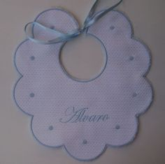 Babero en goma eva - Imagui Baby Diy Projects, Baby Crafts, Diy Projects To Try, Sewing Stitches, Hand Embroidery Stitches, Dibujos Baby Shower, Baby Dress Clothes, Embroidery Works, Christmas Ornament Crafts