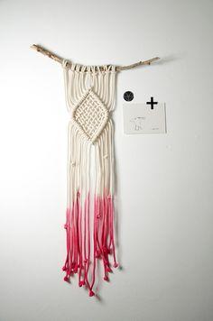 Modernes Makramee Wanddeko Ombre pink  von KETTU auf DaWanda.com
