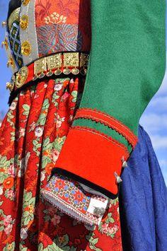 Brudedrakt fra Hemsedal, Hallingdal.  Foto og søm Vibeke Hjønnevåg. Art Costume, Folk Costume, Costumes Around The World, Folk Clothing, Bridal Crown, My Heritage, Traditional Outfits, Norway, Folk Art