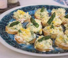 Tartine met romige asperges uit het kookboek Italiaanse hapjes. Het boek krijg je nu cadeau bij een abonnement op De Smaak van Italië!
