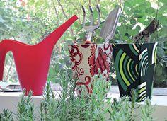 Tudo à mão: no peitoril interno da janela, os vasos forrados de tecido pela artista plástica Dedéia Meirelles assistem aos gracejos da lavanda. Modelos pequenos e altos são ótimos para organizar não apenas ferramentas de jardinagem, como também colheres,  (Foto: Casa e Jardim)