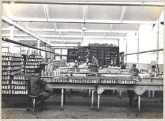 Nog in de jaren 30 werkten zeer jonge kinderen in de fabrieken. Hier zijn jonge werknemers van Teolin bezig verfblikken van etiketten te voorzien