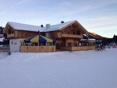 Dit is de nieuwe Apres ski tent onder aan de piste. K Alm. Echt heel leuk. Winter, Tent, Villa, Cabin, House Styles, Home Decor, Chalets, Tower House, Winter Time