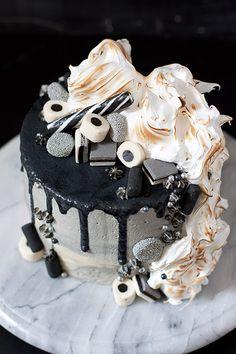 Mustavalkoinen kakku Glamour Photo, Cake Creations, Macarons, Muffins, Cheesecake, Baking, Birthday, Sweet, Desserts