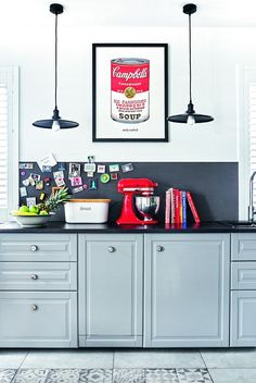 Fragment ściany nad blatem pomalowano farbą tablicowo-magnetyczną - Joanna eksponuje tu zbierane od lat magnesy. W szafkach z IKEA zamontowała nowe gałki, które wypatrzyła podczas wakacji we Francji.
