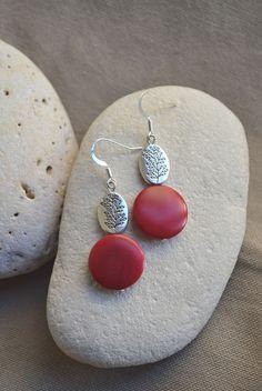 ⋆ Nouveau ⋆ Boucles d'oreilles rouge en ivoire végétal et perle avec silhouette arbre : Boucles d'oreille par libelula-crea