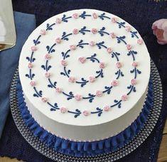 how sally: Photo Cake Decorating Frosting, Cake Decorating Designs, Simple Cake Decorating, Pretty Birthday Cakes, Pretty Cakes, Mini Cakes, Cupcake Cakes, Cupcakes, Simple Cake Designs