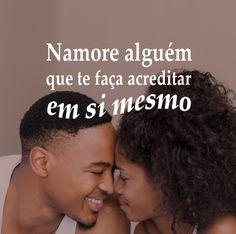 Namore alguém que te faça acreditar em si mesmo. #mensagenscomamor #frases #pensamentos #amor #casais #relacionamentos #companheirismo