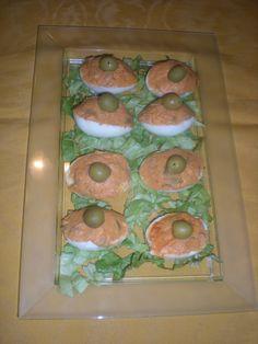 Huevos rellenos, entre otros ingredientes, de atún!
