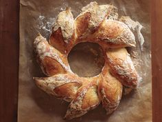 Recipes for Holiday bread wreath that you will be love it. Choose from hundreds of Holiday bread wreath recipes! Holiday Bread, Christmas Bread, Holiday Foods, Christmas Coffee, Christmas Drinks, Holiday Dinner, Christmas Baking, Jai Faim, Braised Chicken