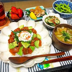 yuki6102182016/03/04  こんばんは。 日付変わって深夜の2時 旦那しゃんこれから晩御飯です 明日も仕事だよ がんばってね * *  本日のmenu ✳️#漬けサーモンとアボカドの丼〜温玉のっけ ✳️ミニ#焼き鳥 ✳️酢の物 ✳️枝豆 ✳️キャベツと油揚げと舞茸のお味噌汁  昨日、サーモン使う予定だったけど今日、漬けにして丼にしました 最近は、簡単にできるおかずばかりなので そろそろ煮込み料理がしたいな〜 * * おそまつさま!! 明日やっとお休み✨ 嬉しいなー♥ * *  おやすみなさい  #夜ご飯 #夜ごはん#夕飯#夕食#晩ごはん#晩ご飯#おうちごはん#うちごはん#ふたりごはん#献立#暮らし#食卓#リンカ#いただきます#兼業主婦#深夜飯##kurashiru#foodphoto#foodpic#yummy#japanesefood#todaysdinner#dinnertime#onthetable#washoku#foodoftheday