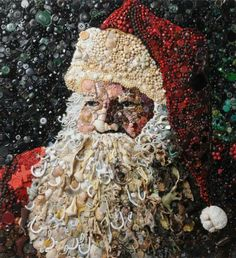 #SantaClaus #BabboNatale British artist Jane Perkins makes these portraits from salvage : Buttons, Pearls, clothespins, broken toys, Lego figurines which are transformed into familiar faces