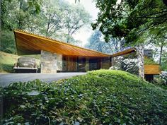 a Frank Lloyd Wright Usonian example: Roland Reisley house, completed in in Pleasantville, NY. Architecture Design, Organic Architecture, Residential Architecture, Amazing Architecture, Usonian House, Frank Lloyd Wright Homes, Beton Design, Casas Containers, Mid Century House