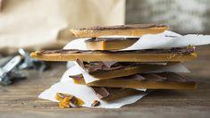 Knasende sprø karamellknekk med et søtt sjokoladetrekk på toppen. Det ser rustikt og lekkert ut når den brekkes opp i biter før servering.