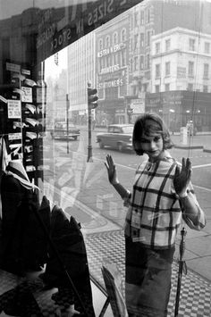 1960, London, Edgware Road. Model Jean Shrimpton. She was once engaged to photographer David Bailey who she met on a shoot with Brian Duffy.