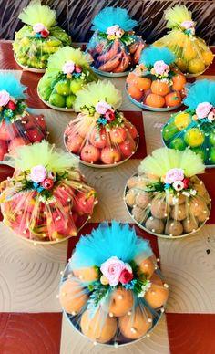 Indian Wedding Gifts, Creative Wedding Gifts, Desi Wedding Decor, Home Wedding Decorations, Engagement Decorations, Wedding Crafts, Engagement Gift Baskets, Wedding Gift Hampers, Wedding Gift Boxes